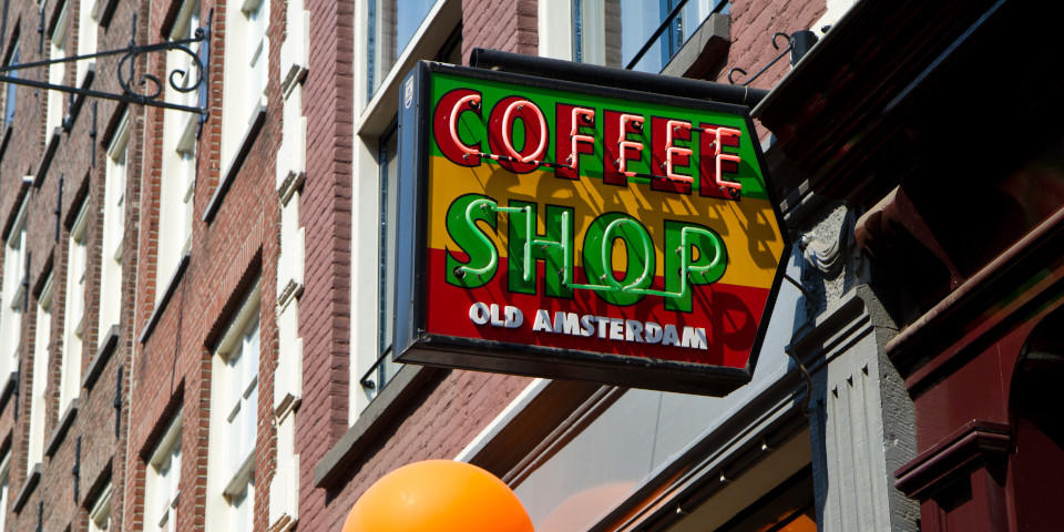 Cartel de Coffe Shop de Ámsterdam con colores rastafaris