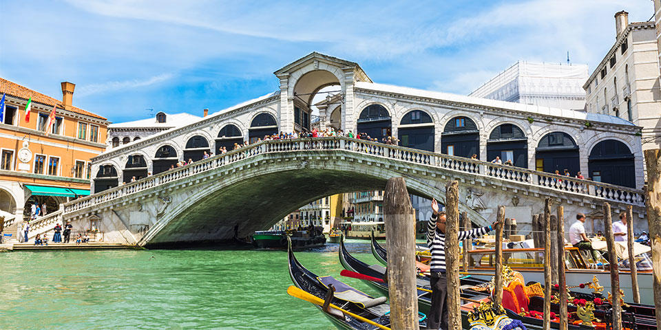 Our guide will tell you the story of Rialto Bridge on our free tour of Venice