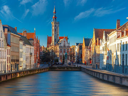 Paisaje urbano con el canal Spiegelrei y la plaza Jan Van Eyck por la mañana en Brujas, Bélgica