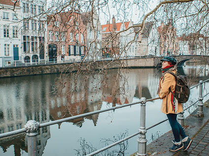 Girl in front of a Bruges' channel